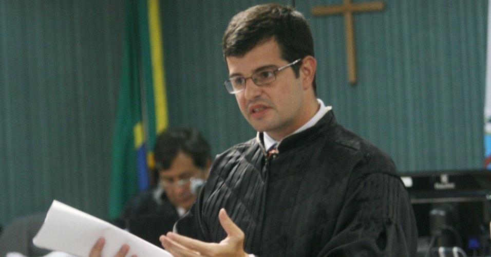 4.dez.2012 - O promotor Leandro Navega se pronuncia durante o julgamento do cabo Sérgio Costa Júnior, réu confesso no assassinato da juíza Patrícia Acioli, morta em agosto de 2011 em Niterói (RJ)