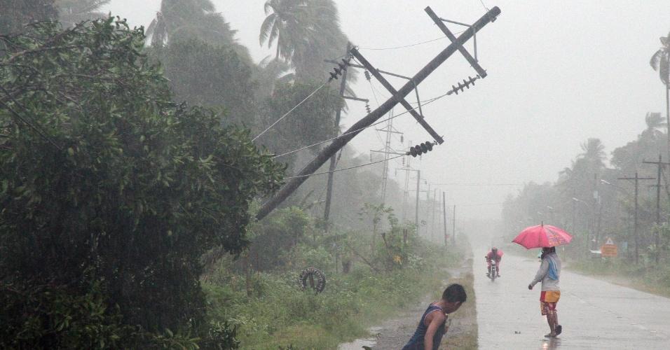 4.dez.2012 - Poste fica danificado após a passagem do tufão Bopha pelo sul das Filipinas