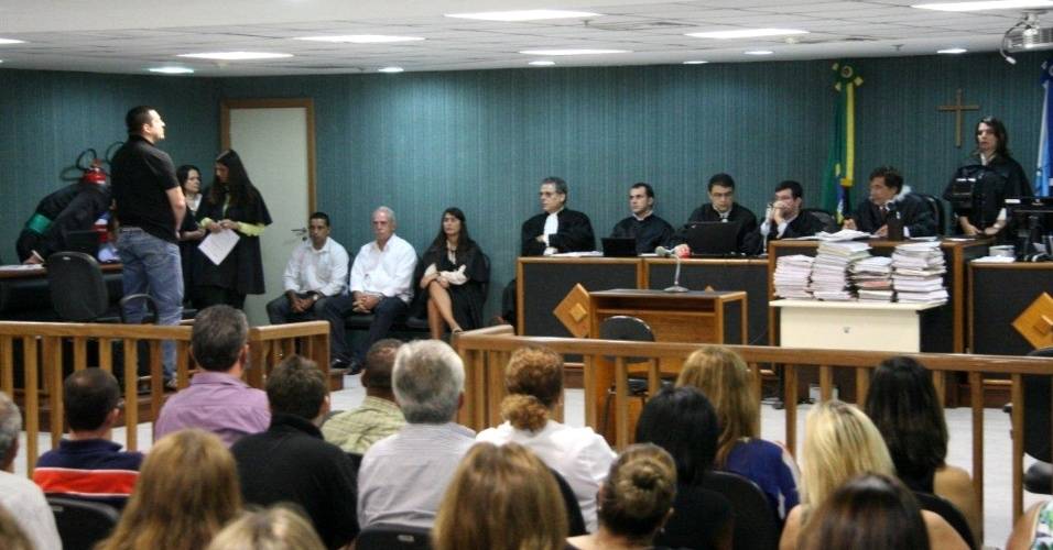 4.dez.2012 - Público acompanha o julgamento do cabo Sérgio Costa Júnior, réu confesso no assassinato da juíza Patricia Acioli