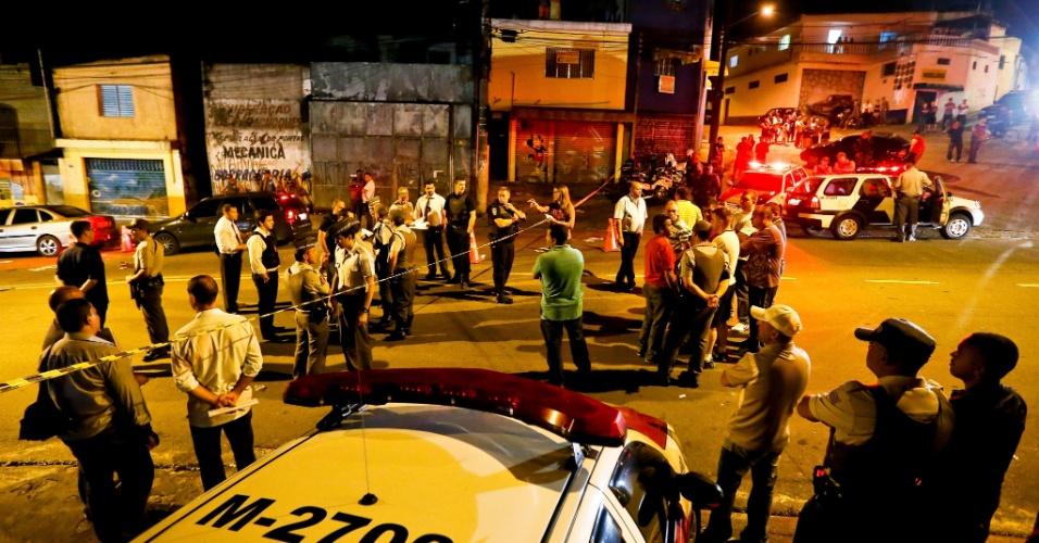 4.dez.2012 - Um policial militar foi morto na madrugada desta terça-feira (4) na rua Jequirituba, no Jardim Amália, zona sul de São Paulo por policiais civis. De acordo com informações iniciais, o PM estava de folga diante de um mercado quando foi abordado por três policiais do Deic (Departamento de Investigações sobre Crime Organizado) à paisana em uma Parati. Pensando que fosse um ataque, o PM teria sacado sua arma e iniciado uma troca de tiros