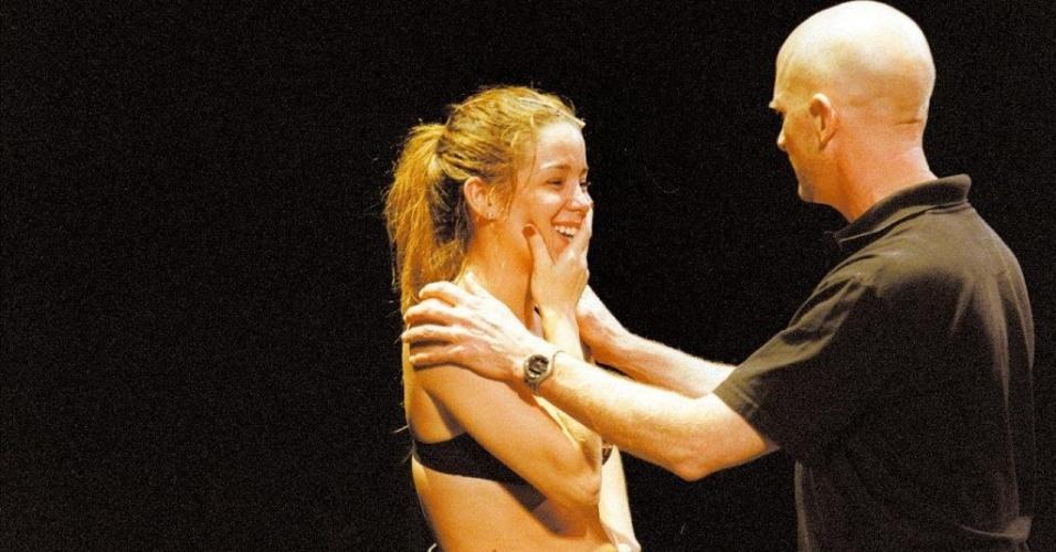 """A atriz Danielle Winits recebe orientações do diretor norte-americano Scott Faris nos bastidores da estréia do musical """"Chicago"""", no Teatro Abril, em abril de 2004"""