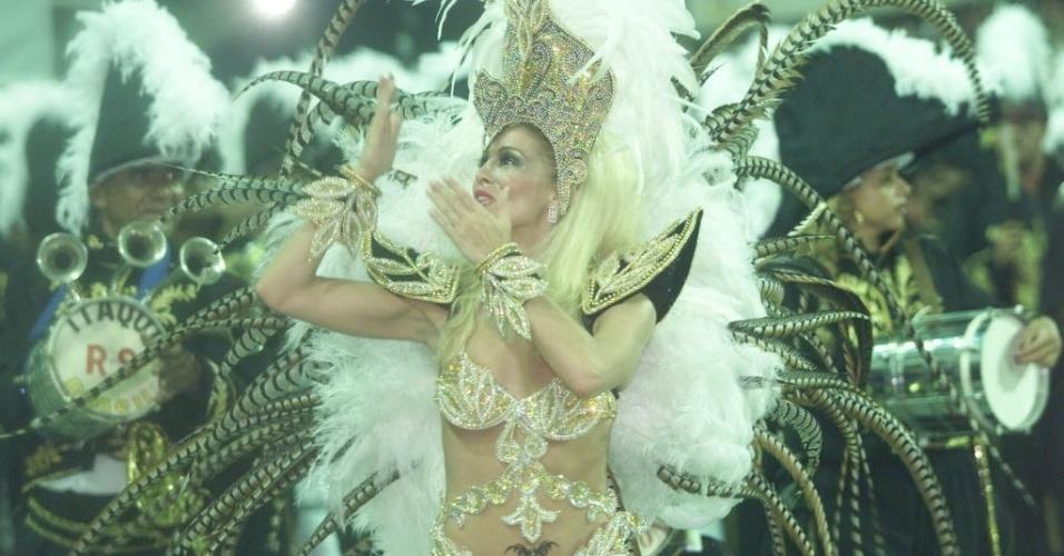 Daniele Winits desfila como rainha de bateria pela escola de samba Grande Rio, no Sambódromo, no Rio de Janeiro, em fevereiro de 2009