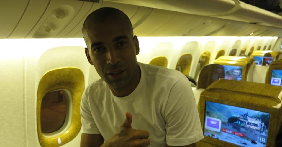Emerson Sheik antes de pegar no sono na viagem de São Paulo a Dubai. Elenco acordará cedo para se ambientar ao fuso horário