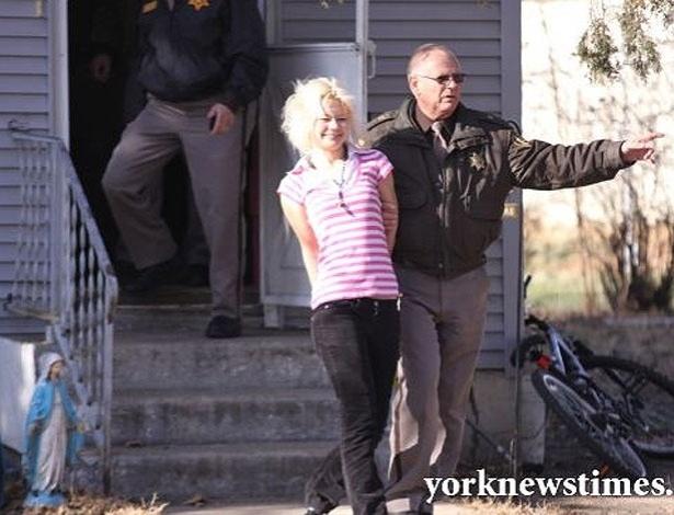 Hannah Sabata, 19, durante ação da polícia. Ela foi detida e pode pegar até 70 anos de prisão - Reprodução/York News Times