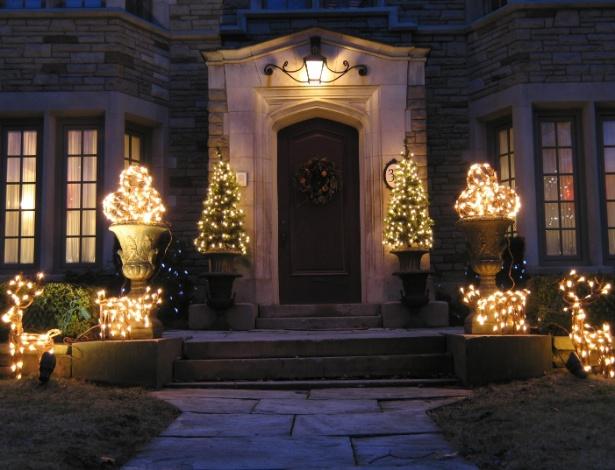 Pontue com luzinhas a decoração de Natal na área externa da casa; a chance de errar na dose é mínima - Getty Images