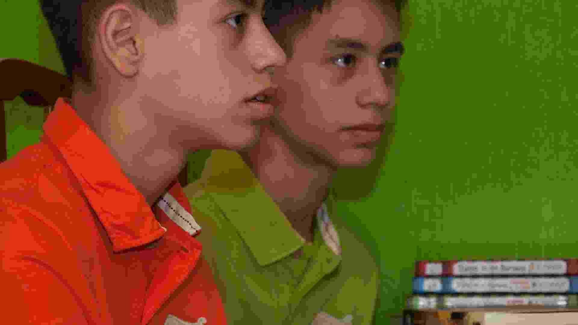 Os gêmeos Brendon (laranja) e Bryan (verde) são campeões olímpicos de matemática; Bryan ficou em primeiro lugar no Brasil no 1º nível (6º e 7º anos) e Brendon, em 14º - Nede Losina/UOL
