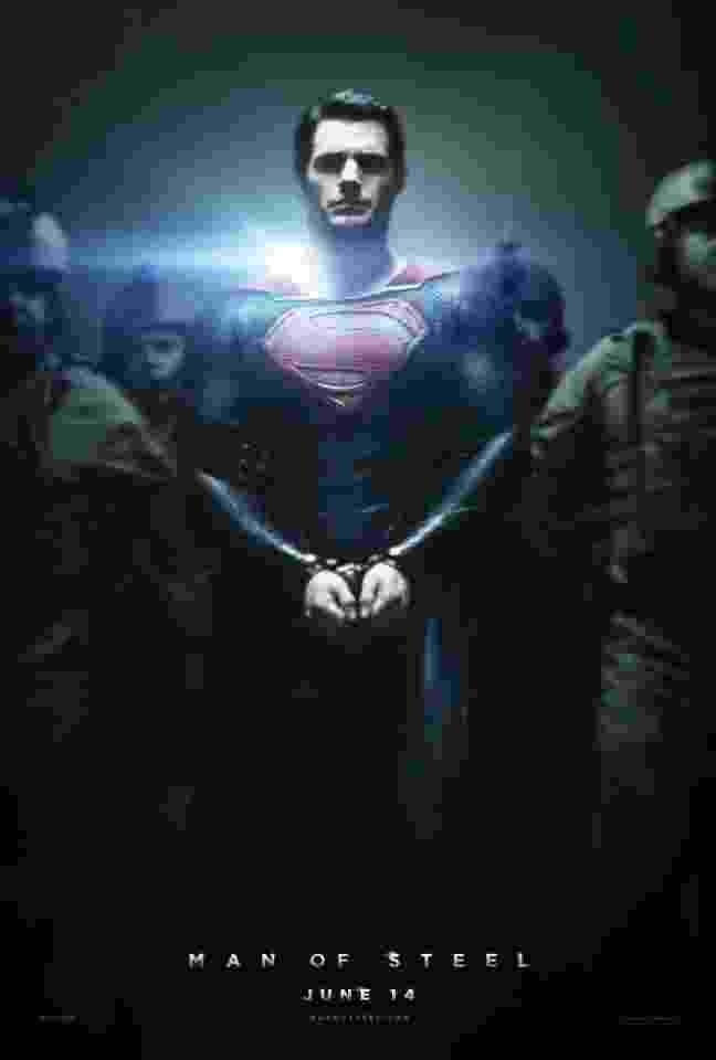 """Super-Homem, interpretado por Henry Cavill, aparece algemado em novo pôster de """"O Homem de Aço"""". Dirigido por Zack Snyder, o filme tem estreia prevista para 14 de junho de 2013, nos Estados Unidos, e em 12 de julho no Brasil. Russell Crowe, Kevin Costner e Amy Adams também estão no elenco - Divulgação"""