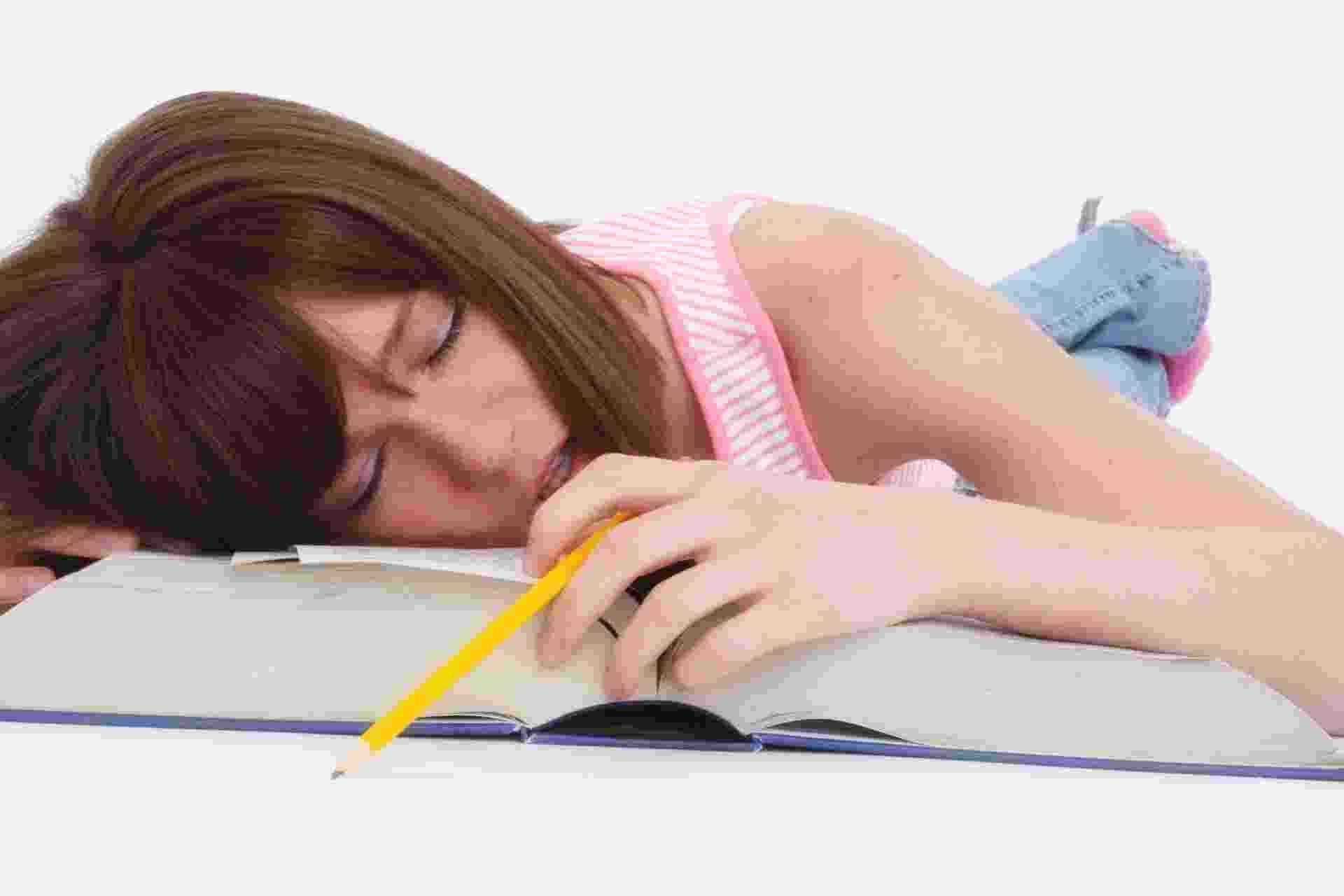 Transtorno de Déficit de Atenção e Hiperatividade (TDAH), jovem dormindo, cansaço, problemas para dormir, problemas para prestar atenção - Thinkstock