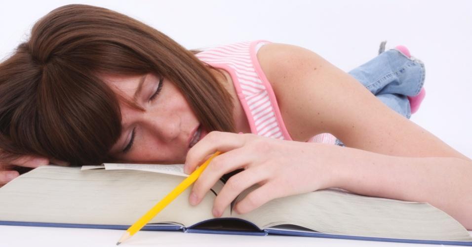 Transtorno de Déficit de Atenção e Hiperatividade (TDAH), jovem dormindo, cansaço, problemas para dormir, problemas para prestar atenção