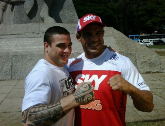 05.dez.2012 - Estrelas do UFC São Paulo, Vitor Belfort e Daniel Sarafian se encontram no Monumento às Bandeiras