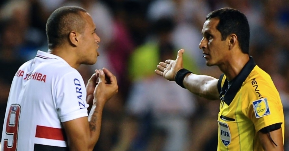 05.dez.2012 - Luis Fabiano reclama com árbitro após ser expulso no duelo contra o Tigre, pela Sul-Americana