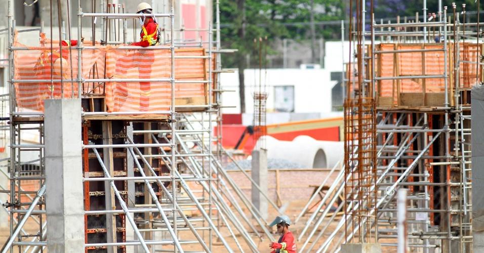 05.dez.2012 - Operários trabalham nas obras de reforma do estádio Beira-Rio para a Copa do Mundo de 2014