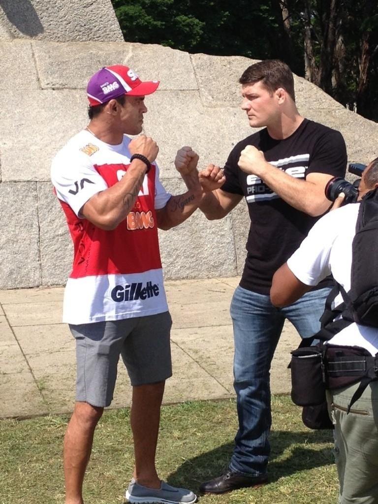 05.dez.2012 - Vitor Belfort e Michael Bisping se encontram pela primeira vez antes de fazerem a luta principal do UFC SP em janeiro