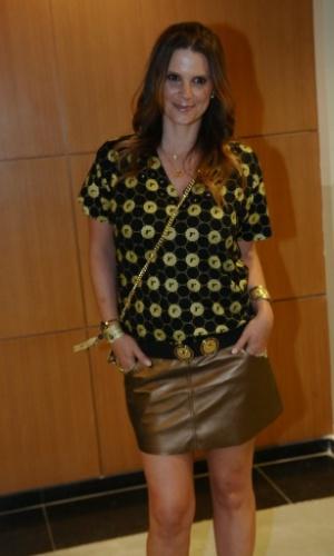 4.Dez.2012 - A apresentadora Mariana Kupfer veste a camiseta do patrocinador do show da Madonna, no ponto de encontro para ir ao camarote VIP em São Paulo