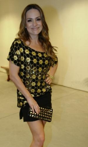 4.Dez.2012 - A atriz Gabriela Duarte veste a camiseta do patrocinador do show da Madonna, no ponto de encontro para ir ao camarote VIP em São Paulo