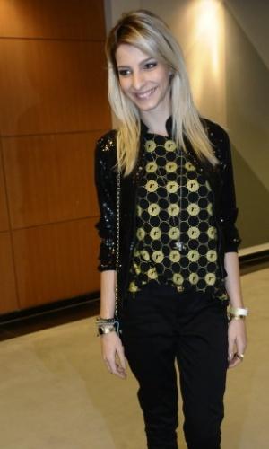 4.Dez.2012 - A atriz Michelle Batista veste a camiseta do patrocinador do show da Madonna, no ponto de encontro para ir ao camarote VIP em São Paulo