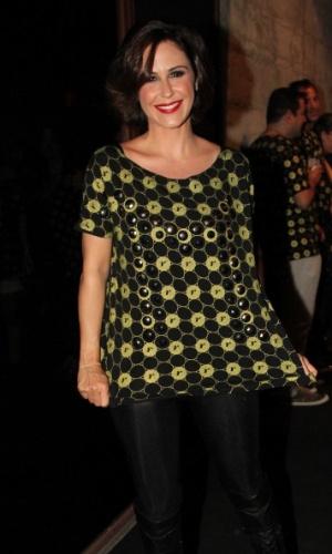 5.Dez.2012 - A atriz Guilhermina Guinle mostra a camiseta que personalizou com tachas para conferir o segundo show de Madonna em São Paulo