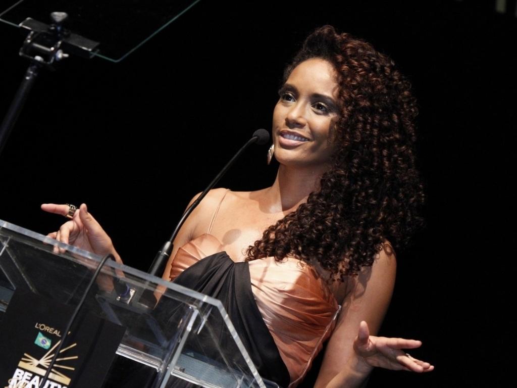 5.Dez.2012 - A atriz Taís Araújo apresenta premiação de beleza no Rio de Janeiro