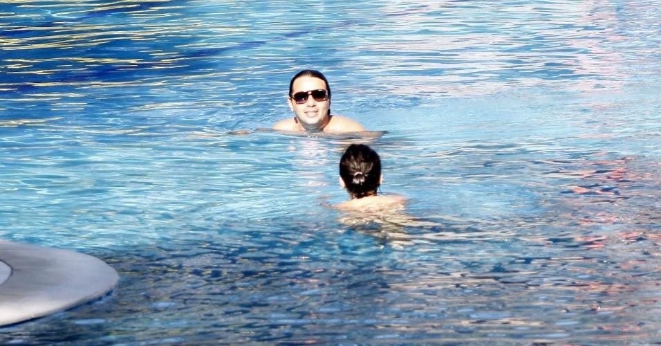 5.dez.2012 - A atriz Vanessa Giácomo é fotografada com o namorado, Giuseppe Diorguardi, na piscina de um hotel na zona oeste do Rio. Em junho deste ano, Vanessa se separou do também ator Daniel de Oliveira, com quem ficou casada durante oito anos