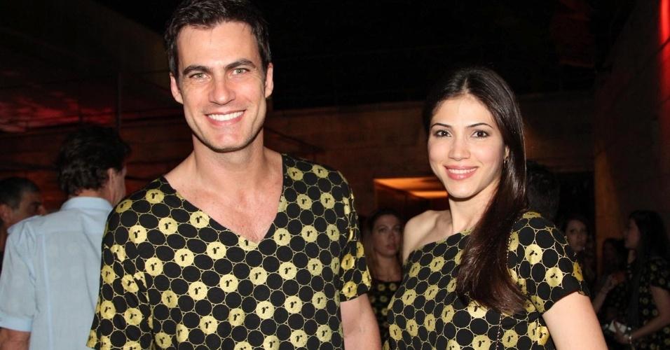 5.Dez.2012 - Acompanhado da namorada, o ator Carlos Casagrande chega para assistir ao show da Madonna no Morumbi