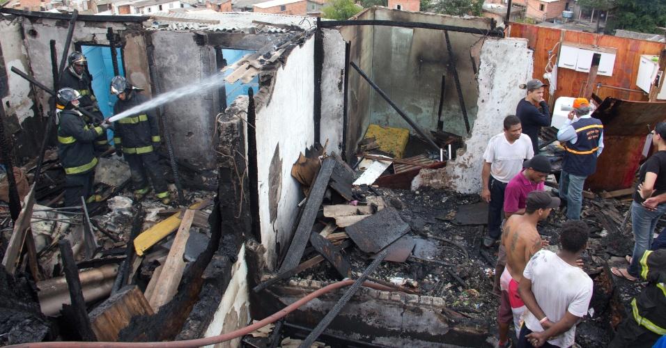 5.dez.2012 - Bombeiro tenta apagar foco de incêndio que atingiu barracos da favela de Vila Andrade, na comunidade de Paraisópolis. De acordo com a Defesa Civil, cerca de 60 pessoas ficaram desabrigadas e 34 barracos foram atingidos