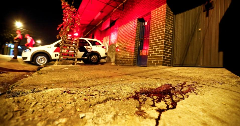 5.dez.2012 - Local onde criminosos tentaram matar um bombeiro que chegava em sua casa, no bairro Itaberaba, zona norte de Sao Paulo, na madrugada desta quarta-feira (5). O bombeiro e a mulher chegavam em casa quando foram abordados pelos criminosos; o bombeiro reagiu e baleou um dos criminosos