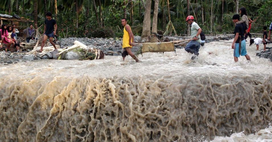 5.dez.2012 - Moradores carregam corpo de vítima depois da passagem do tufão Bopha pelo sul das Filipinas