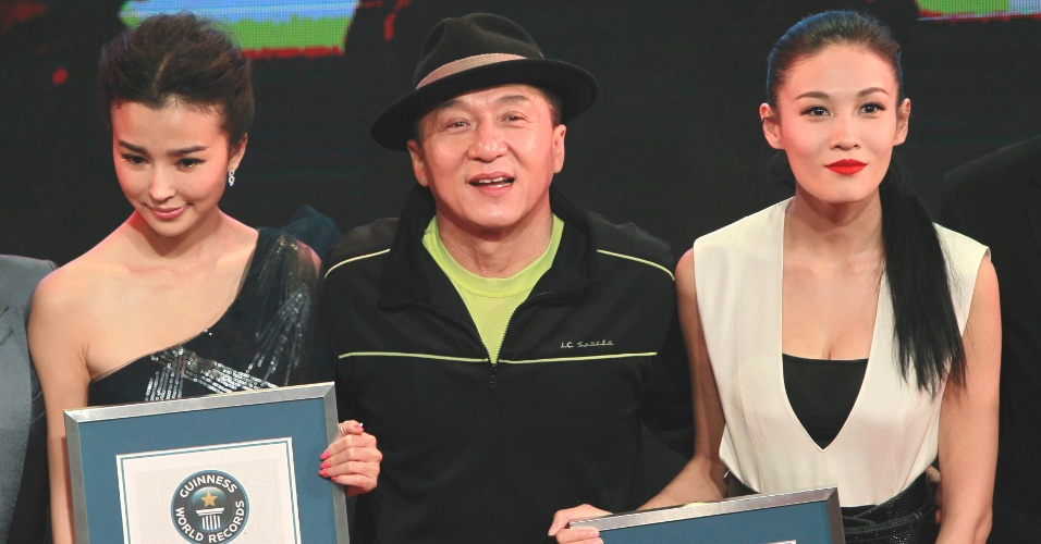 """5.dez.2012 - O ator Jackie Chan recebe os certificados do Livro dos Recordes de """"mais créditos em um filme"""" e """"maior número de acrobacias feitas por um ator"""", durante evento em Xangai, na China. Chan foi surpreendido durante lançamento do filme """"Zodíaco Chinês"""" na cidade"""