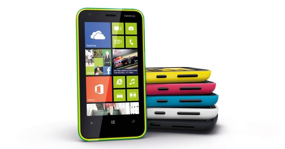 5.dez.2012 - A Nokia anunciou nesta quarta-feira o smartphone Lumia 620, o celular inteligente de entrada da companhia com o sistema Windows 8. Previsto para chegar ao Brasil no primeiro trimestre de 2012, o aparelho tem tela de 3,8 polegadas, processador dual-core Snapdragon S4, 512 MB de memória RAM, duas câmeras (um frontal com qualidade VGA e uma traseira de 5 megapixels com flash) e 8 GB para armazenamento interno. Na mesma época, a empresa finlandesa deve lançar no Brasil ainda o Lumia 820 e 920 com configurações superioras