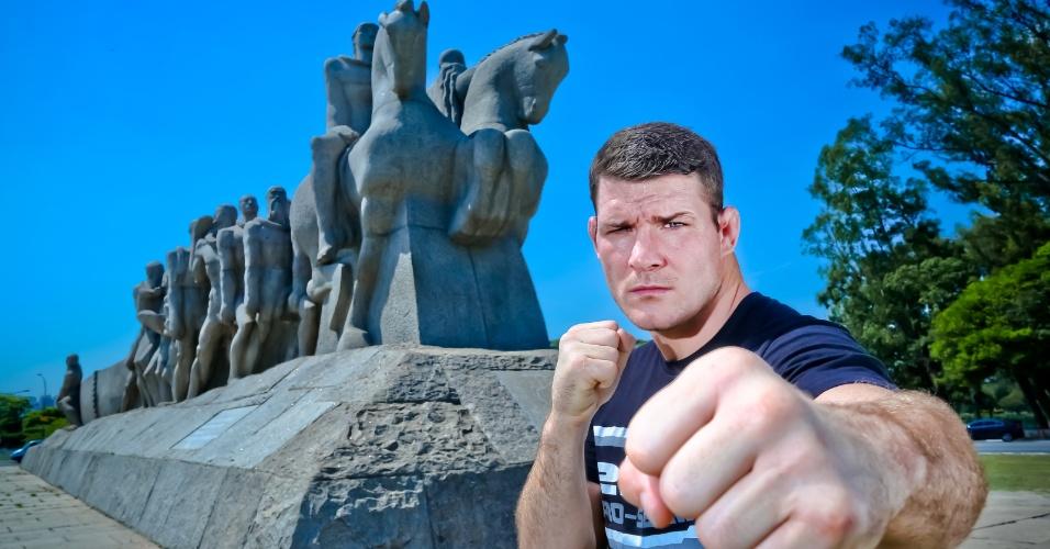 Michael Bisping posa em frente ao Monumento às Bandeiras, em São Paulo, para promover a luta de janeiro contra Vitor Belfort