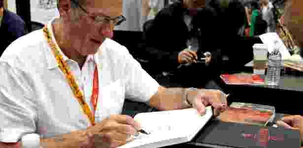O desenhista Dave Gibbons desenha para fã na San Diego Comic-Con em 2012 - Reprodução/Facebook/Madefire