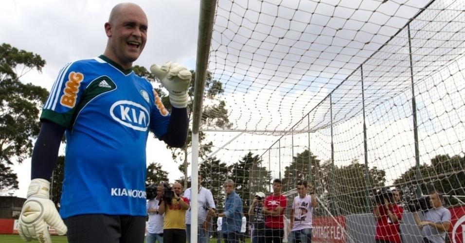 06.dez.2012 - Marcos brinca com profissionais da imprensa durante treino no CT do Palmeiras, em São Paulo
