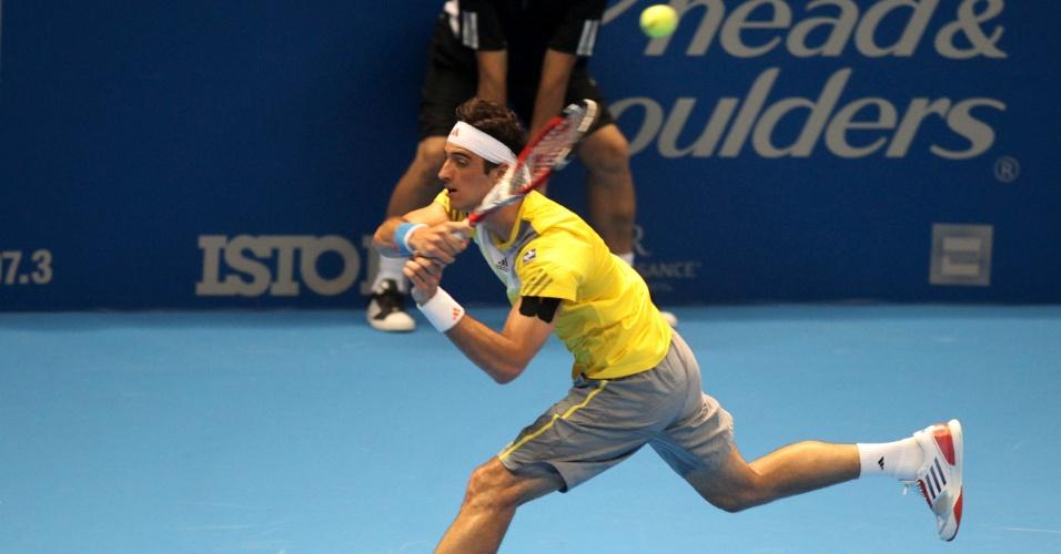 06.dez.2012- Bellucci rebate bola de Federer durante o primeiro set do Desafio Internacional de Tênis no Ginásio do Ibirapuera