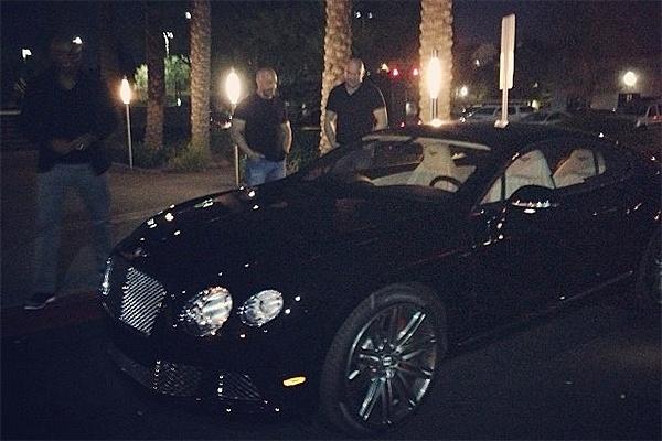 06.dez.2012 0 Anderson Silva recebe um Bentley de presente dos donos do UFC