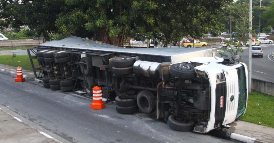 6.dez.2012 - Caminhão tomba na alça de acesso da ponte Cruzeiro do Sul, na marginal Tietê, em São Paulo