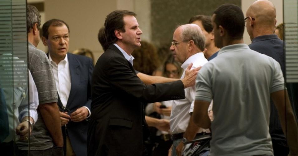 5.dez.2012 - O prefeito do Rio de Janeiro, Eduardo Paes, presta condolências aos parentes de Oscar Niemeyer após a confirmação da morte do arquiteto, no Hospital Samaritano, no Rio de Janeiro