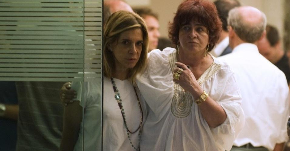 5.dez.2012 - Parentes de Oscar Niemeyer se consolam após o recebimento da notícia de sua morte, no Hospital Samaritano, no Rio de Janeiro