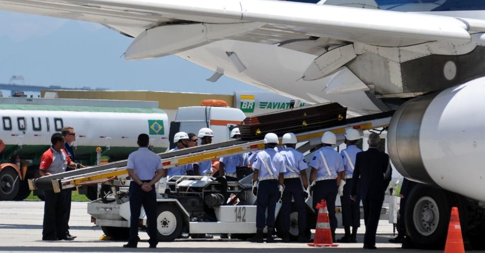 6.dez.12 - Caixão com o corpo de Oscar Niemeyer é colocado dentro do avião que o transportará do Rio de Janeiro para Brasília, local onde ocorrerá o velório