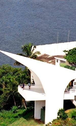 6.dez.12 - Inaugurado em 2002, o Memorial dos 500 anos, localizado no alto da Ilha Porchat, em São Vicente (SP), aponta uma linha imaginária para o Congresso Nacional, em Brasília; o local é aberto e oferece vista panorâmica da baía de Santos