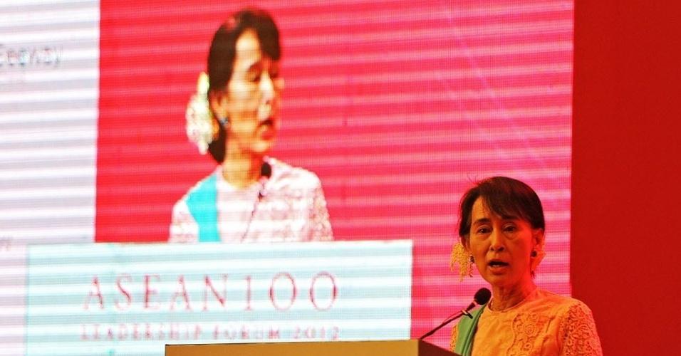 6.dez.2012 - A líder democrata Aung San Suu Kyi discursa durante fórum em hotel em Yangon (Mianmar). Ela falou sobre a resiliência em tempos turbulentos