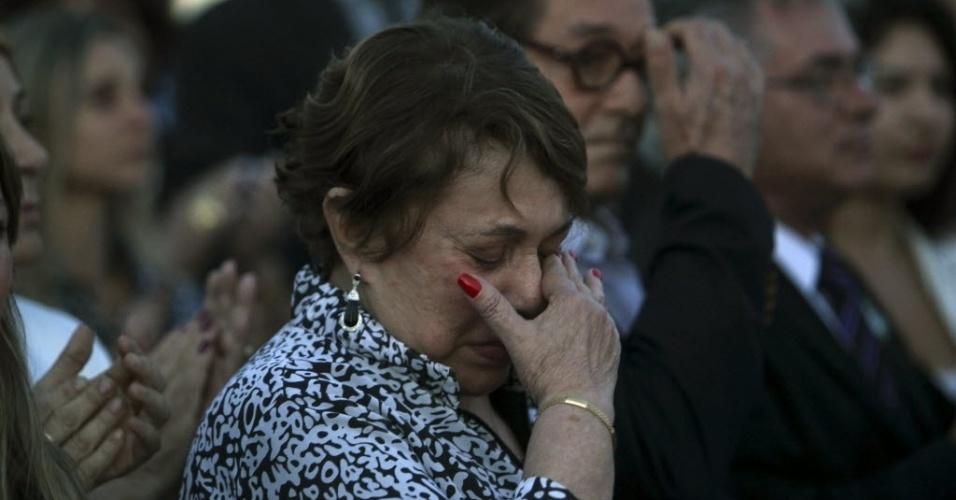 6.dez.2012 - A viúva de Oscar Niemeyer, Vera Lúcia Niemeyer, chora durante a saída do caixão que leva o corpo do arquiteto do Palácio do Planalto, em Brasília