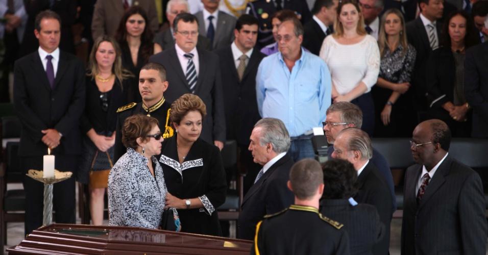 6.dez.2012 - A viúva de Oscar Niemeyer, Vera Lúcia Niemeyer, recebe as condolências da presidente Dilma Rousseff, do vice-presidente, Michel Temer (de gravata cinza), do presidente da Câmara dos Deputados, Marco Maia (PT-RS) (de óculos), do presidente do Senado, José Sarney (de terno preto) e do presidente do Supremo Tribunal Federal, Joaquim Barbosa, durante o velório de Oscar Niemeyer no salão do Palácio do Planalto, em Brasília, nesta quinta-feira. O arquiteto morreu na noite desta quarta-feira (5) em decorrência de problemas respiratórios, no hospital Samaritano, no Rio de Janeiro (RJ)