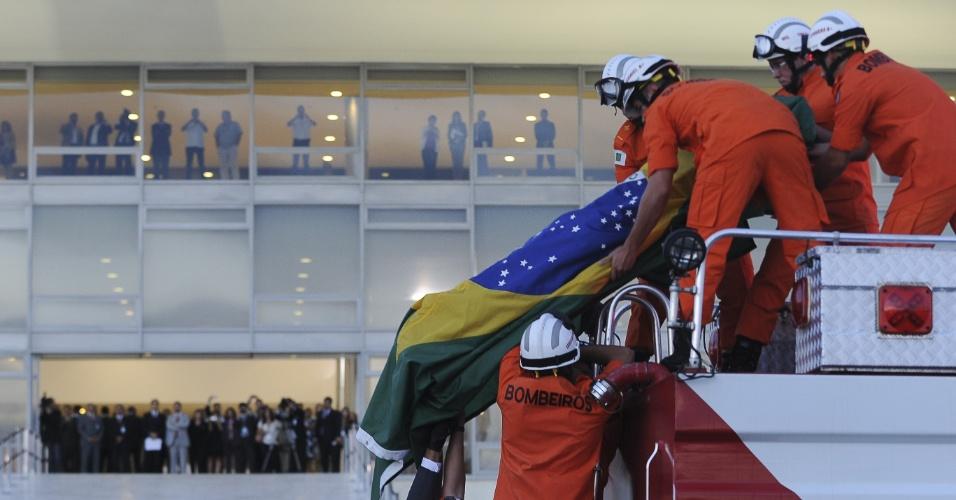6.dez.2012 - Caixão com o corpo de Oscar Niemeyer deixa o Palácio do Planalto, em Brasília, onde foi velado na tarde desta quinta-feira, atraindo cerca de 3.800 pessoas. O corpo de Niemeyer seguirá para o Rio de Janeiro, onde será enterrado amanhã