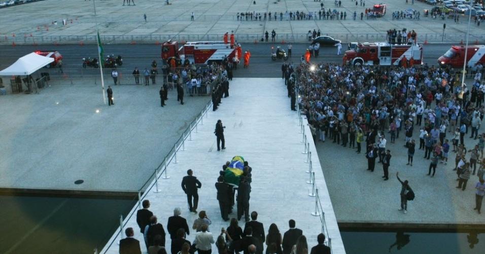 6.dez.2012 - Caixão com o corpo do arquiteto Oscar Niemeyer deixa o Palácio do Planalto, em Brasília, onde foi velado na tarde desta quinta-feira (6). O corpo de Niemeyer seguirá para o Rio de Janeiro, onde será enterrado amanhã