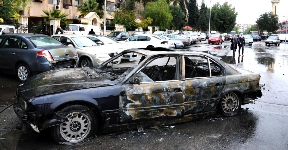 6.dez.2012 - Carro-bomba explode em frente à sede do Crescente Vermelho (equivalente à Cruz Vermelha nos países islâmicos) no centro de Damasco, capital da Síria