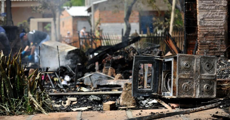 6.dez.2012 - Casa pega fogo em Viamão (RS) e mata duas crianças