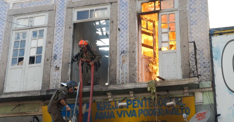 6.dez.2012 - Casarão antigo pega fogo na região central do Rio de Janeiro