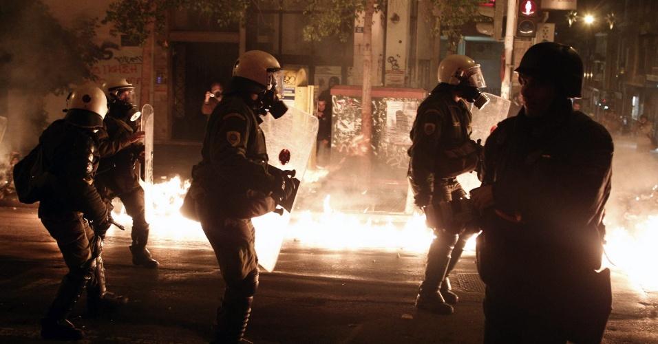6.dez.2012 - Coquetéis molotov são jogados contra policiais que cercam participantes de uma manifestação em Atenas (Grécia), nesta quinta-feira. Os manifestantes lembram o quarto ano do assassinato do adolescente Alexis Grogorópulos pela polícia grega