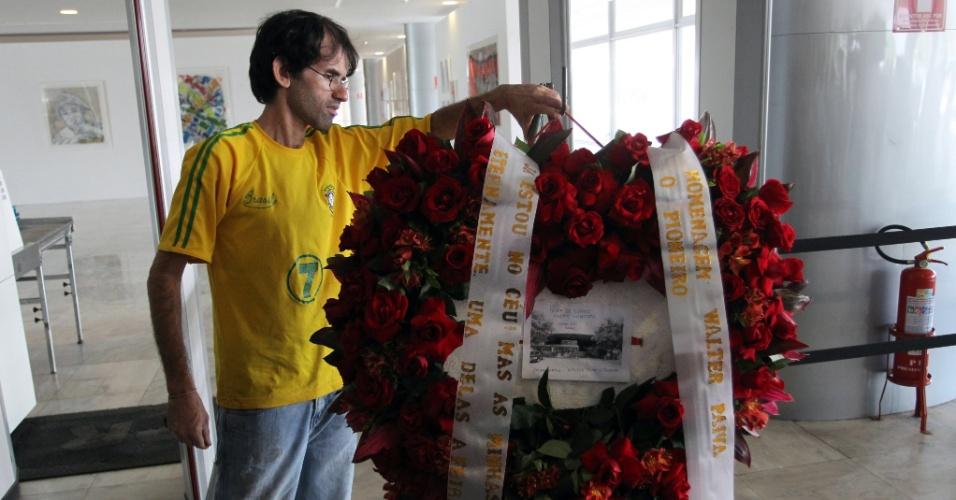 6.dez.2012 -  Coroas de flores começam a chegar ao Palácio do Planalto para o velório do arquiteto Oscar Niemeyer, em Brasília. O arquiteto morreu na noite desta quarta-feira (5), no hospital Samaritano, no Rio de Janeiro, por complicações respiratórias