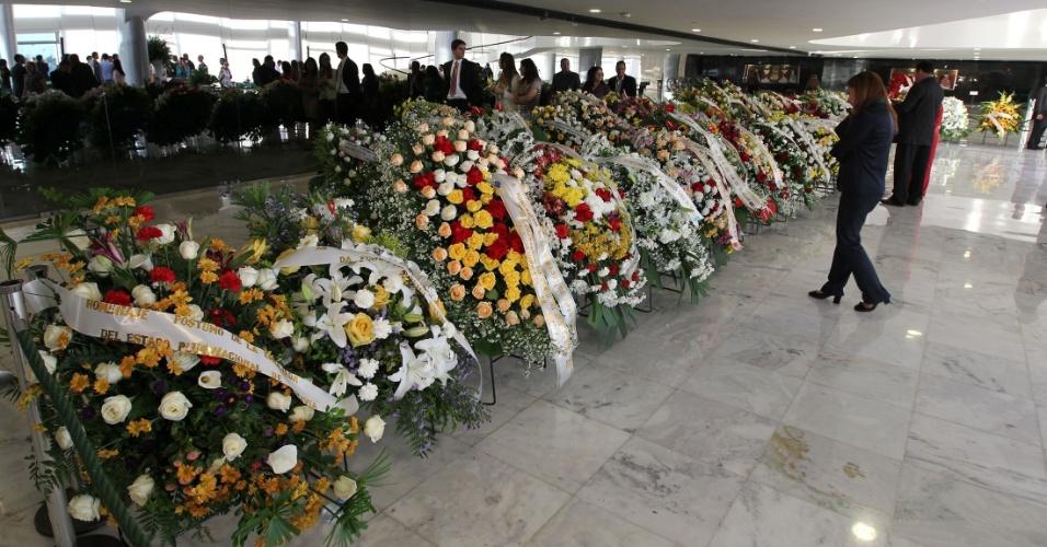 6.dez.2012 - Coroas de flores recebidas pela família de Oscar Niemeyer no Palácio do Planalto, em Brasília, onde aconteceu o velório do arquiteto na tarde desta quinta-feira